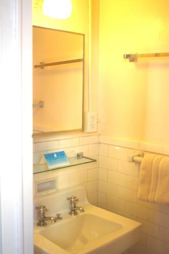 Leo House Двухместный номер с 1 кроватью и общей ванной комнатой