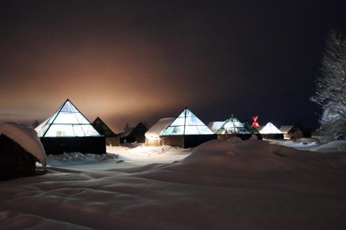 Aurora Pyramids And Hotel Taivaanvalkeat
