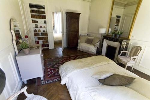 Large 2 Bedrooms Latin Quarter (338) photo 2