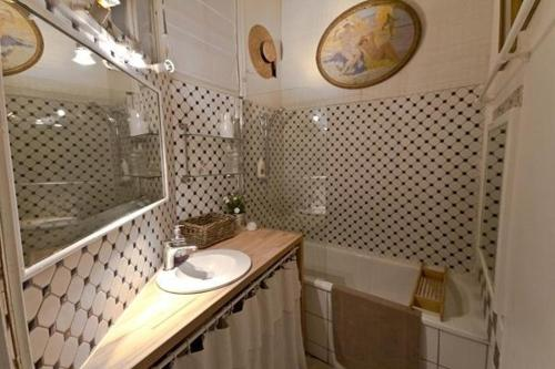Large 2 Bedrooms Latin Quarter (338) photo 12