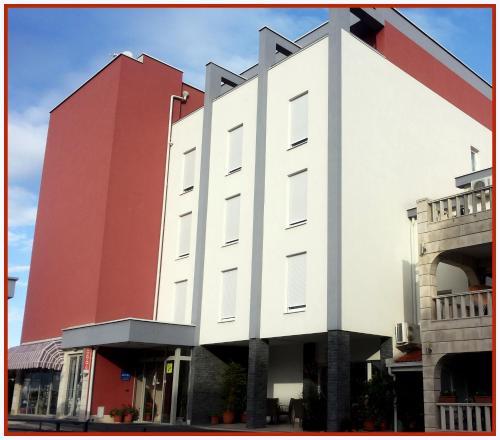 . Hotel Dina