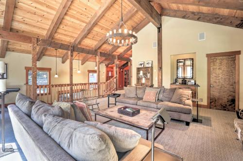 Bright Lake Tahoe Cabin with Fireplace, Grill and Decks - Hotel - Tahoe Vista