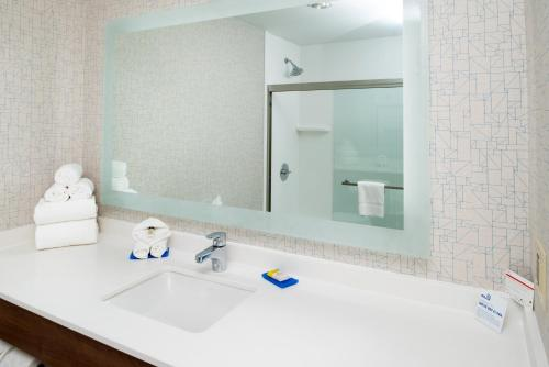 Holiday Inn Express Los Angeles Downtown West, an IHG Hotel - image 3
