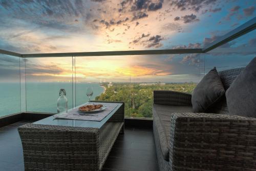 Luxury Beach Front 1 BR / Netflix / Bangsare - Pattaya Luxury Beach Front 1 BR / Netflix / Bangsare - Pattaya