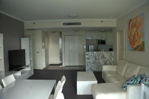 Large 2 Bedroom Apartment in World Square Sydney CBD - image 1