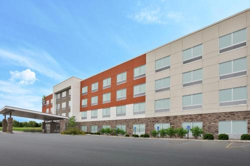 . Holiday Inn Express & Suites - Parkersburg East