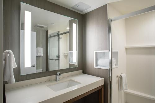 Courtyard by Marriott New York Queens/Fresh Meadows - image 3
