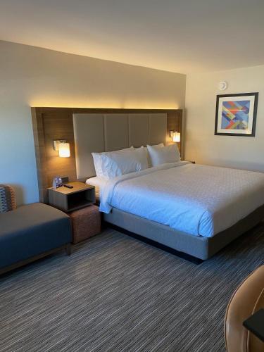 Holiday Inn Express & Suites Chatsworth - Chatsworth, CA 91311