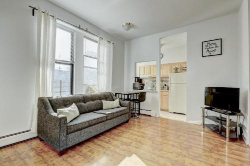 . Modern Apartment minutes to NYC