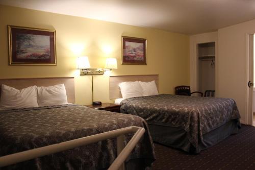 Deluxe Queen Room with Two Queen Beds - No pets