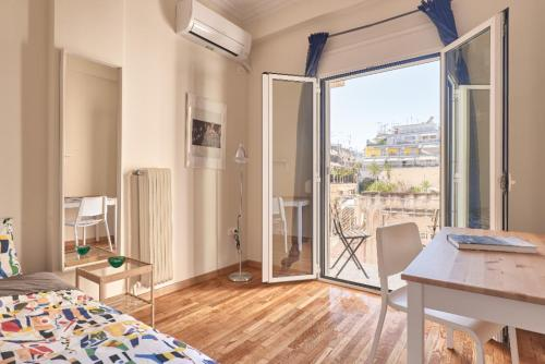 Studio with sunny balcony in Exarcheia, Pension in Athen