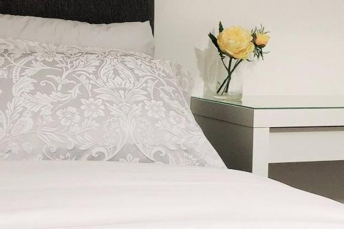 Tow bedrooms modern home with en-suite, free parking and private entrance