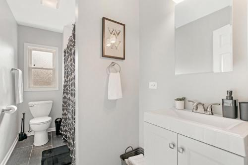 Walk Around the Trendy Logan Sq from a Stylish 2BR KL1 Main image 1