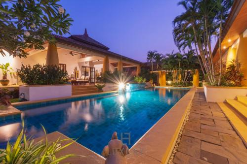 Beautiful 4 Bed Bali Style Villa, Great Location S4 Beautiful 4 Bed Bali Style Villa, Great Location S4