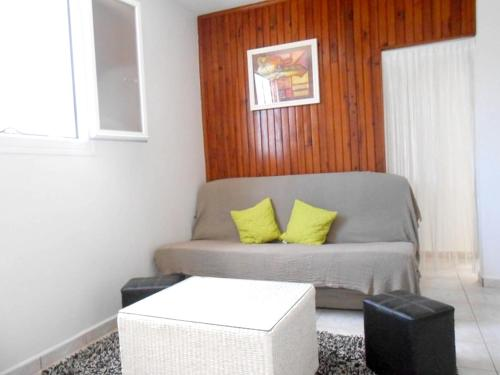 . Apartment with one bedroom in Saint Benoit with wonderful city view enclosed garden and WiFi