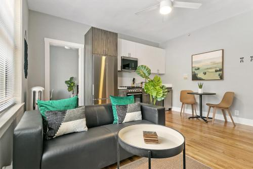 Contemporary Stylish 1BR Apt in Lakeview B2