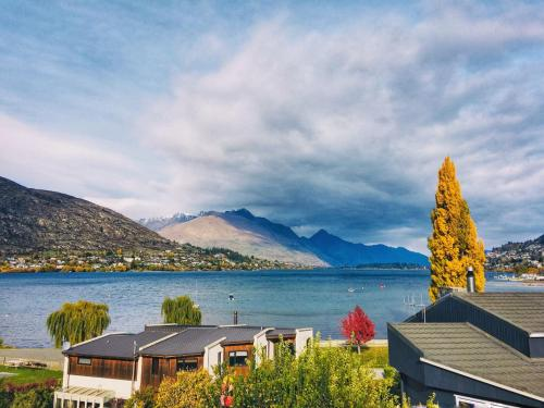 Pencarrow Lakeside Apartment - Accommodation - Queenstown
