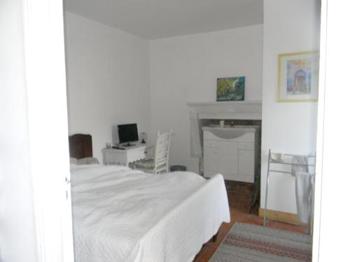 . Studio in Langon with enclosed garden and WiFi