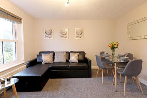 . Spacious 2 Bedroom Cosy Apartment - Close to Station!