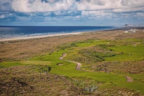 New Listing! Luxe Resort Escape: Pool Golf Beach condo - image 3