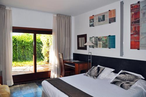 Superior Double or Twin Room with Terrace - single occupancy Hotel Monument Mas Passamaner 10