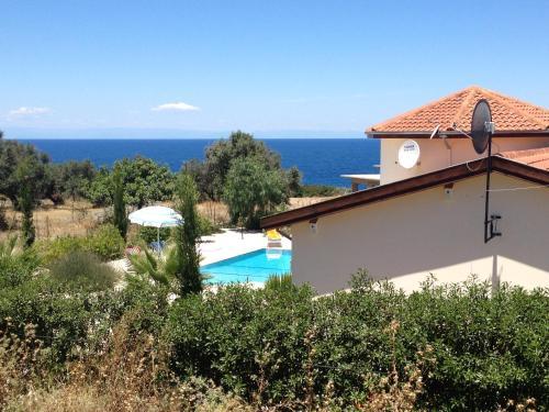 The Lookout - sea, pool & mountain views