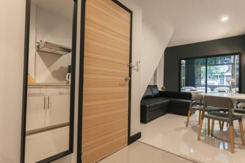 S2 Silom Large room 4-6 guests Full kitchen WIFI S2 Silom Large room 4-6 guests Full kitchen WIFI