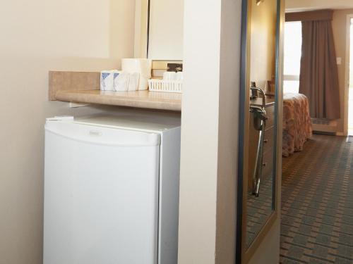 Colonial Square Inn & Suites - Saskatoon, SK S7H 0S7