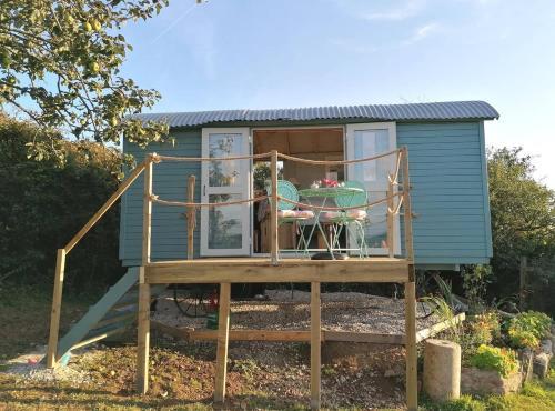 Shepherds Delight. Cosy Shepherds Hut With Ensuite Loo, Shower And Logburner, Portscatho, Cornwall