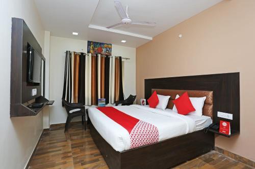 . OYO 15098 Hotel Crystal