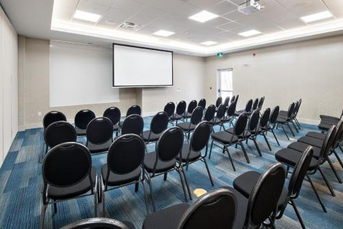 Holiday Inn Express - Red Deer North - Red Deer, AB T4P 1A6