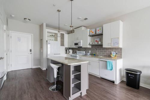 . 1BR - Pool & Full Kitchen - Near Uptown & Airport