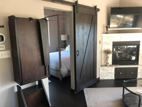 Treehouse 1BR with Hot Tub home