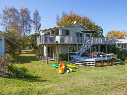 Absolute Waterfront with WiFi - Five Mile Bay Holiday Home - Waitahanui