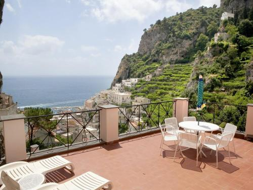 Castiglione Apartment Sleeps 2 with Pool Air Con and WiFi
