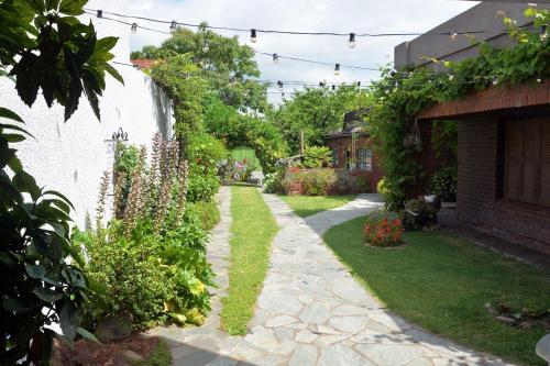 Casa c/amplio jardín garage y parrilla.