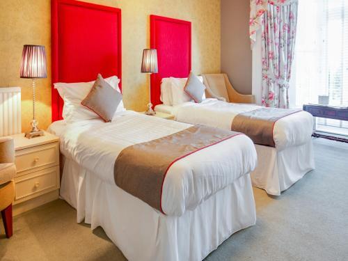 . OYO Lamphey Hall Hotel