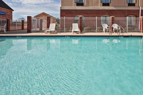. Holiday Inn Express Hotel & Suites Forest