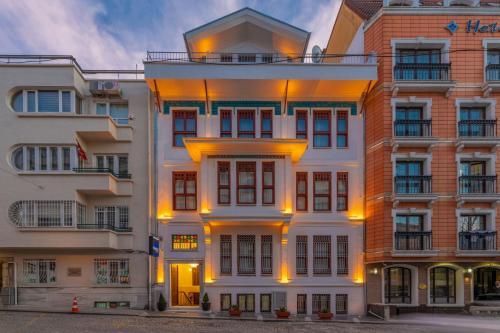 Blue Gilroy Hotel - image 1