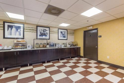 Brandon Center Hotel An IHG Property - Tampa, FL 33619