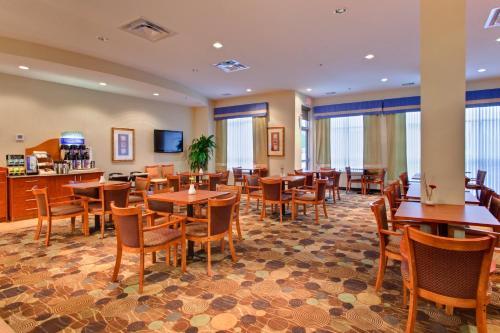Holiday Inn Express Hotel & Suites-Edmonton South - Edmonton, AB T6J 5J6