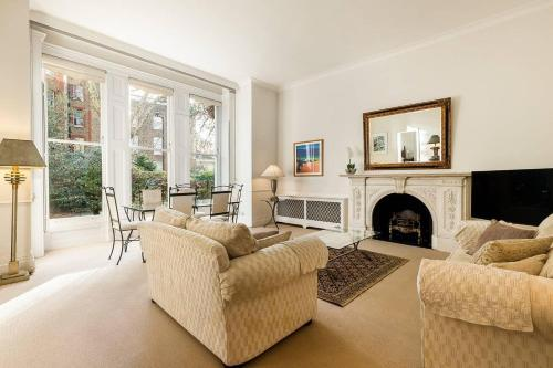 Large Kensington W8 2 Bed/2 Bath With Garden