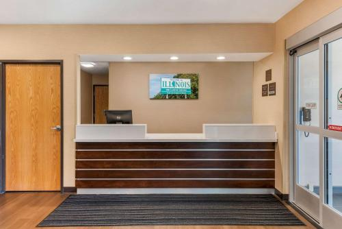 Comfort Inn & Suites near Route 66 Award Winning Gold Hotel 2021 - Lincoln