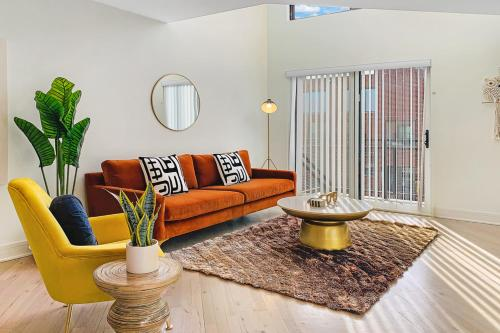 Airy & Bright 1BR Loft with Parking G8