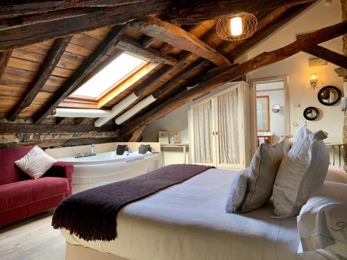 Suite con bañera de hidromasaje Palacio Torre de Ruesga 2