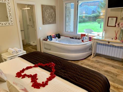 Suite Deluxe con bañera de hidromasaje Palacio Torre de Ruesga 1