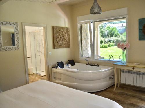 Suite Deluxe con bañera de hidromasaje Palacio Torre de Ruesga 4