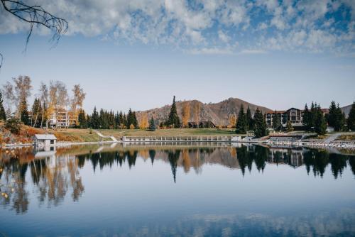 . Park-Hotel Lake Aya