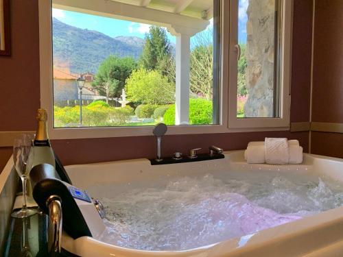 Suite Deluxe con bañera de hidromasaje Palacio Torre de Ruesga 8