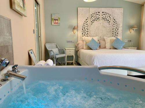 Suite Deluxe con bañera de hidromasaje Palacio Torre de Ruesga 11